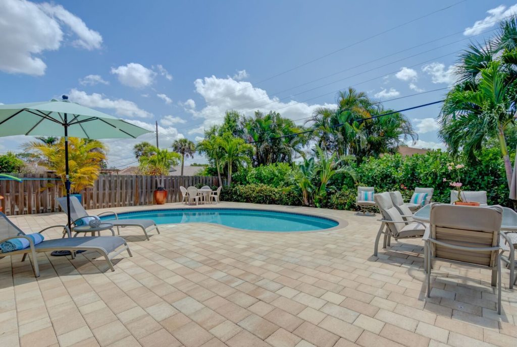 Naples fl vacation homes walk to beach pool naples fl rentals for Public swimming pools in naples florida